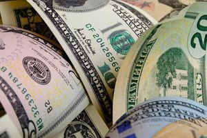 Người đàn ông khoe ảnh chụp với gần 90.000 USD ăn cắp từ ngân hàng