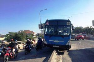 TP Hồ Chí Minh: Xe buýt trèo lên dải phân cách, hành khách hoảng loạn kêu cứu