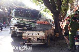 Xe tải ben 'hoành hành' trên đường Huỳnh Văn Nghệ