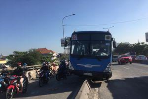Nhiều người thoát chết khi xe buýt 'trèo' lên dải phân cách ở Sài Gòn