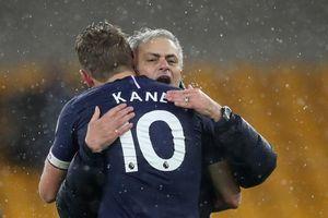 Mourinho ăn mừng cảm xúc khi giúp Tottenham vượt MU