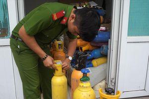 Phát hiện 78 bình khí cười trong xe tải ở Đà Nẵng