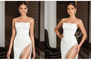 Hoàng Thùy tái xuất sau Miss Universe, khoe chân thon 'cực phẩm'