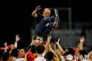Bóng đá Việt Nam bay cao và nốt trầm buồn của bầu Đức