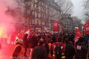 Căng thẳng về chế độ hưu trí ở Pháp: Giao thông tiếp tục tê liệt