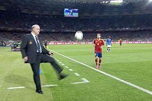 CLIP: Ngỡ ngàng trước cảnh các HLV biểu diễn kỹ thuật đá bóng