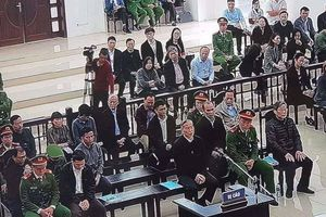 Hai cựu Bộ trưởng và Phạm Nhật Vũ ngồi trả lời thẩm vấn trước tòa