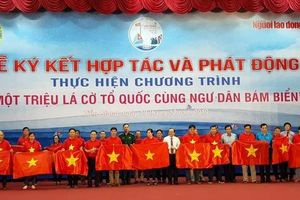 Ngư dân Tiền Giang hân hoan đón cờ Tổ quốc