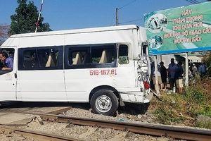 Cố tình vượt rào chắn, ô tô bị tàu hỏa tông khiến 5 người bị thương