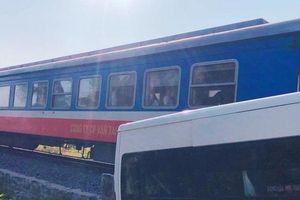 Đồng Nai: Xe khách bị tàu hỏa húc văng, 5 người bị thương