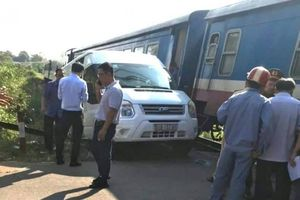 Cố tình băng qua gác chắn đường sắt, xe khách bị tàu hỏa tông văng