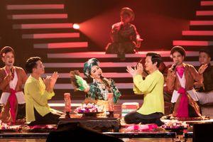 Khán giả 'nổi da gà' xem Lệ Quyên hát chầu văn cùng mẹ trên sân khấu Q SHOW 2