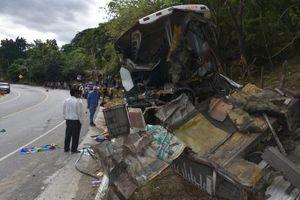 Xe tải 'ủi' xe buýt, 21 người thiệt mạng