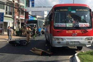 Ngã ra đường sau va chạm, học sinh lớp 8 bị xe khách cán tử vong