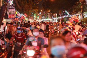 Sài Gòn lộng lẫy đêm Noel, giao thông hỗn loạn bởi hàng triệu người dân đổ xuống đường