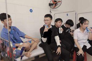 Cười 'rơi hàm' với hội bạn thân đến thăm người ốm ăn hết cả đồ bồi dưỡng