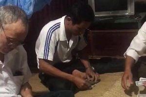 Cách hết chức vụ Bí thư Đảng ủy xã đánh bài ăn tiền trong trụ sở