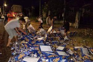 Tài xế ngồi khóc nhìn 500 thùng bia đổ xuống đường, người dân tới giúp thu gom