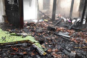 Hà Tĩnh: Gia đình lão nông bất lực nhìn ngọn lửa thiêu rụi căn nhà gỗ 3 gian