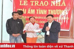 Ban Quản lý KKT Nghi Sơn và các KCN trao tiền hỗ trợ xây nhà tình thương