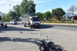 Va chạm với ô tô trên đường đi học, nữ học sinh tử vong