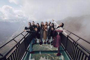 Dàn người đẹp Hoa hậu Hoàn vũ tạo dáng cực chất tại cầu kính Rồng Mây
