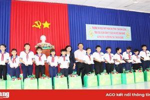 Quỹ học bổng Vừ A Dính trao 100 phần quà cho học sinh nghèo huyện Phú Tân