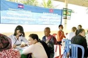 Khám bệnh, cấp thuốc miễn phí cho 200 người dân Campuchia