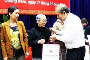 Phó Thủ tướng Trương Hòa Bình trao quà Tết cho người nghèo Quảng Nam