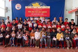 'Vầng trăng cổ tích' mang Tết cho trẻ em nghèo