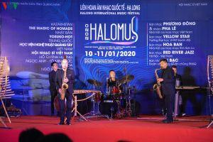 Khách quốc tế say đắm nhạc Việt trên sân khấu giữa biển trời Hạ Long