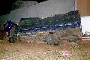 Xe tải lao vào nhà dân, gần chục người thoát chết