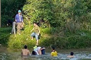 Nữ sinh lớp 10 tự tử, thầy giáo vội nhảy xuống cứu
