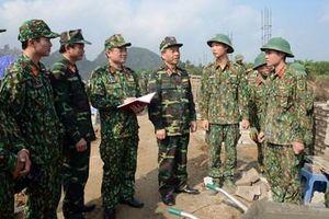 Lãnh đạo Báo Quân đội nhân dân thăm, động viên phóng viên làm nhiệm vụ tại sân bay Miếu Môn