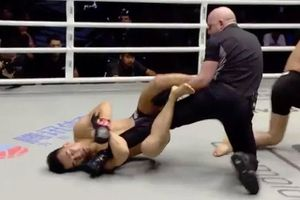 Lĩnh cú đấm búa tạ, võ sĩ Trung Quốc khóa chân trọng tài trong cơn 'mộng du'