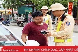 Hà Tĩnh xử phạt 17 triệu đồng, tước giấy phép lái xe 17 tháng đối với một tài xế ô tô