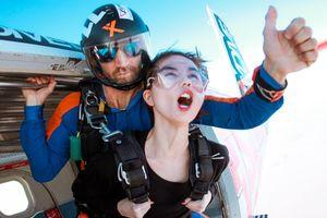 Giải trí cực đỉnh với muôn ngàn biểu cảm trước màn nhảy dù tại Dubai của Ngọc Trinh - Khắc Tiệp