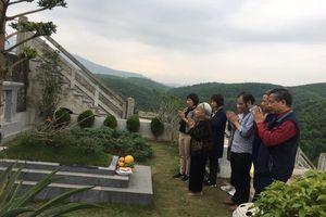 Cuối tuần, nhiều gia đình tảo mộ sớm trước Tết