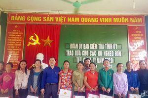 Ủy ban Kiểm tra Tỉnh ủy tặng quà Tết cho các hộ nghèo ở Con Cuông