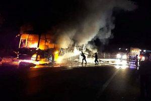 Xe giường nằm cháy trơ khung trên Quốc lộ, hành khách nháo nhào tháo chạy