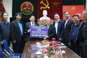 Bộ trưởng Nguyễn Văn Thể tặng quà Tết cựu thanh niên xung phong