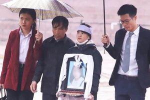 Bố nữ sinh giao gà bất ngờ xin không tử hình 6 bị cáo sát hại dã man con gái mình