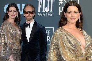 Anne Hathaway được ông xã 'tháp tùng' đi thảm đỏ, không quên khoe vòng một nóng bỏng
