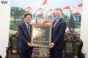 Đại sứ Mỹ thăm và tặng thiết bị y tế cho Làng Hữu nghị Việt Nam