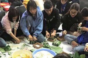 Sinh viên Hà Nội gói 1.000 bánh chưng cho người có hoàn cảnh khó khăn