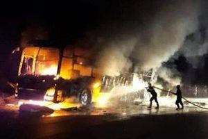 Xe khách bốc cháy trong đêm, tài xế đạp cửa thoát thân