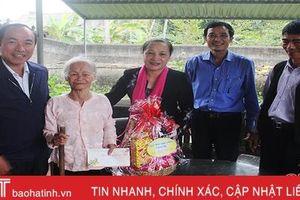 Chủ nhiệm UBKT Tỉnh ủy Nguyễn Thị Gái chúc tết, tặng quà các gia đình chính sách ở Đức Thọ