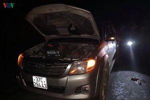 Dừng sửa xe bên quốc lộ, 2 người bị ô tô tông thương vong