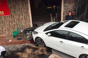 Hiện trường tài xế say rượu, lái ô tô tông người trước quán Karaoke