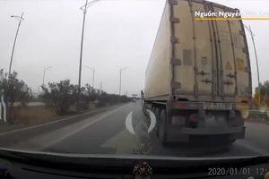Xe tải ngang nhiên đi ngược chiều trên cao tốc Hà Nội - Bắc Giang